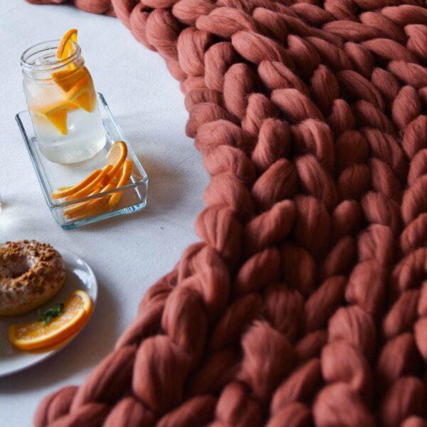 Dizajnová ručne pletená deka z merino vlny